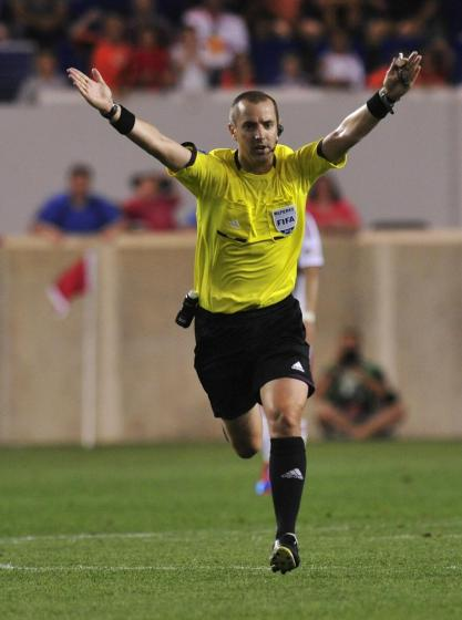 Referee_Mark_Geiger_advantage